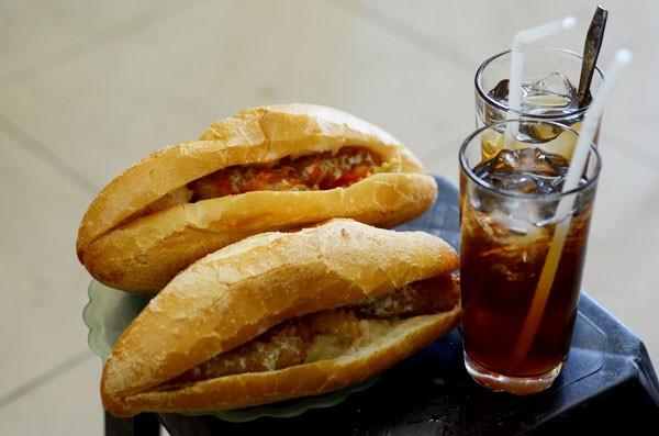 """3 món bánh mì """"không giống ai"""" được giới trẻ Hà Nội yêu thích"""