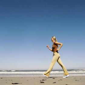 Đi bộ nhanh giúp giảm cân hiệu quả.