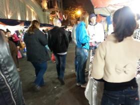 Theo chân khách tây khám phá chợ đêm Hà Nội