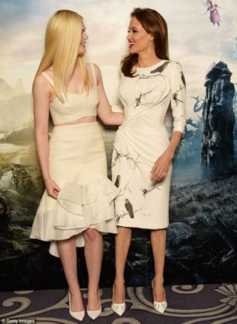 Angelina Jolie gây chú ý vì kiểu giày lạ