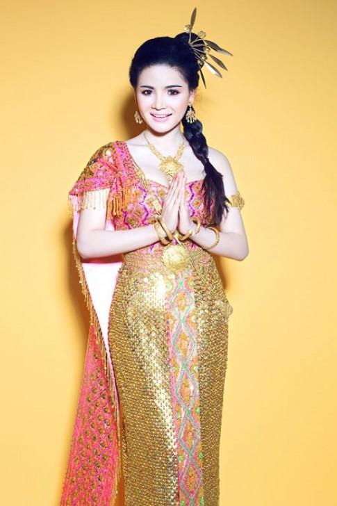 Vy Marya khoe sắc trong trang phục dân tộc