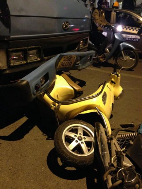 3 chiếc xe máy bị đâm bởi xe tải khi đang chờ đèn đỏ