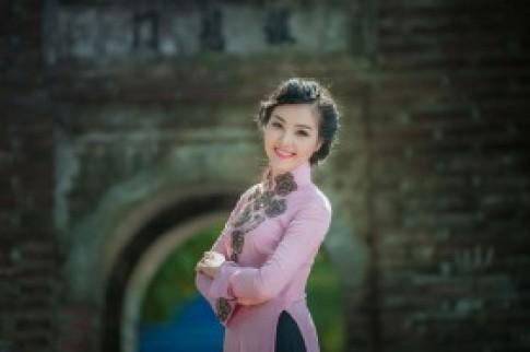 Á hậu Thụy Vân nền nã với áo dài