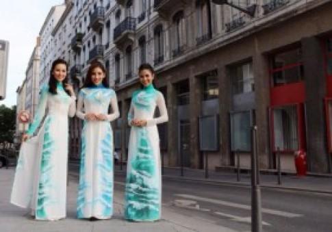 Áo dài Việt tung bay trên đất Pháp
