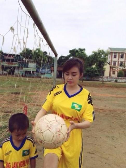 Bà Tưng làm cầu thủ xinh đẹp trên sân bóng