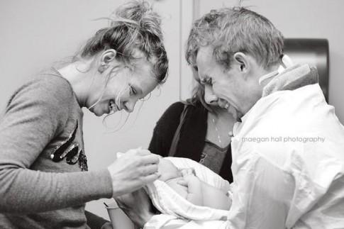 [Bộ ảnh] Xúc động với những khoảnh khắc lần đầu cha gặp con
