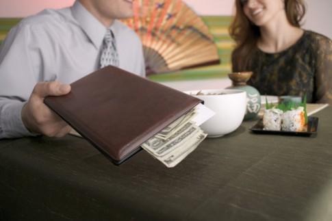 Các chàng luôn phải là người trả tiền khi hẹn hò ?!