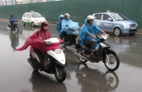 """Cảnh giác với """"sát thủ"""" khi đi xe máy trời mưa"""