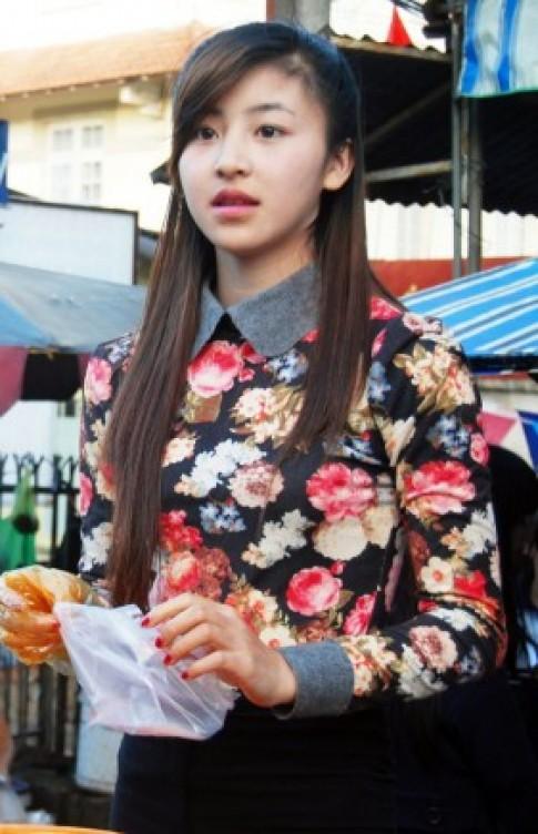 Cô gái bán bánh tráng trộn xinh như hot girl đột nhiên nổi tiếng nhờ youtube