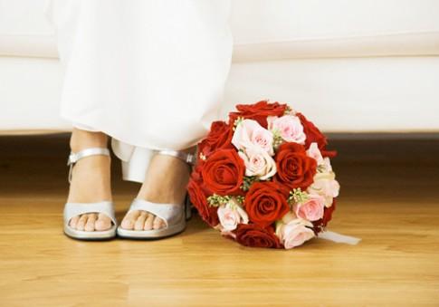 Đêm tân hôn, tôi tháo nhẫn cưới còn chồng quỳ suốt đêm ở đầu giường