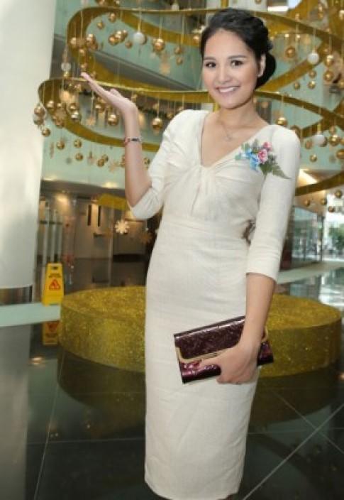 Hương Giang khoe lưng bằng váy bèo đổ