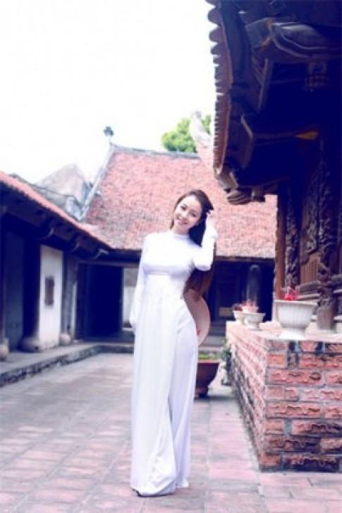 Jennifer Phạm mặc áo dài trắng đi chùa ngày Tết