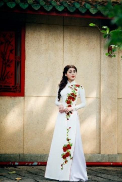 Lâm Chi Khanh nền nã, nữ tính với áo dài trắng