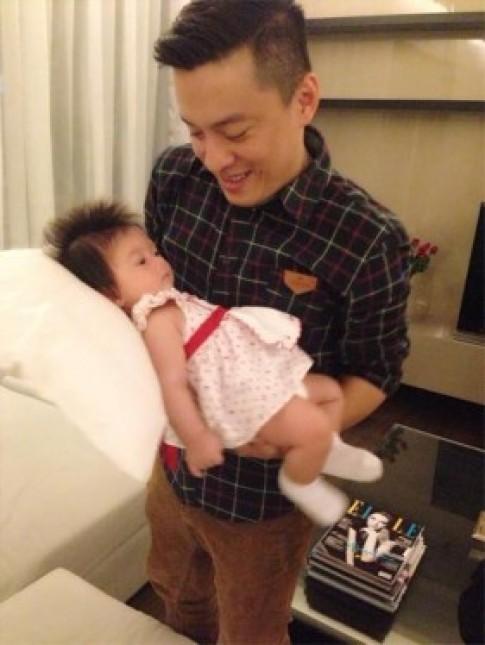 Lam Trường thích thú bế con gái Đoan Trang