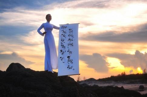 Lê Kiều Như mặc áo dài, vẽ thư pháp trước biển