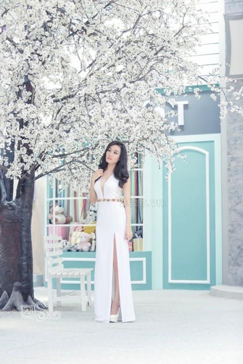 Minh Thư diện váy xẻ cao khoe chân dài ngút ngàn