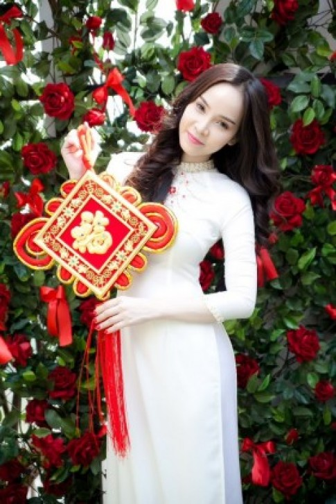 Ngọc Bích nhẹ nhàng áo dài nữ sinh đón năm mới