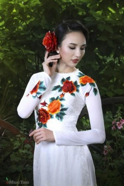 """NTK Thuận Việt mang áo dài """"du ngoạn"""" thế giới"""