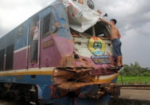 Tàu hỏa tông nát xe tải, tài xế may mắn thoát chết