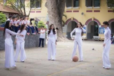 Thu Thủy cột tà áo dài chơi bóng cùng nhóm TVM