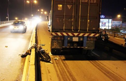 Xe máy tử nạn vì chạy tốc độ cao và ngược chiều trên cầu vượt