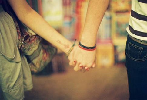 Yêu đương là chuyện riêng của hai người, sao phải vì người ngoài mà phán đoán tình cảm của nhau?