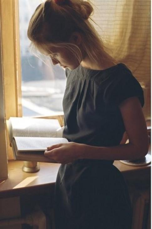 5 điều tuyệt vời khi hẹn hò với một cô nàng mọt sách