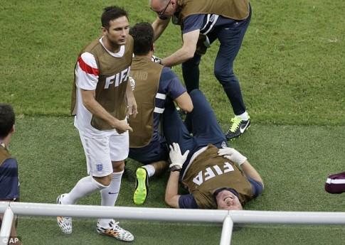 Ăn mừng bàn thắng đạp chai nước té chấn thương, nhân viên ĐT Anh mất luôn World Cup