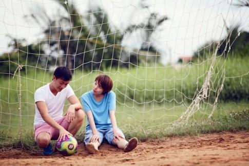 Anh yêu bóng đá, còn em thì yêu anh...