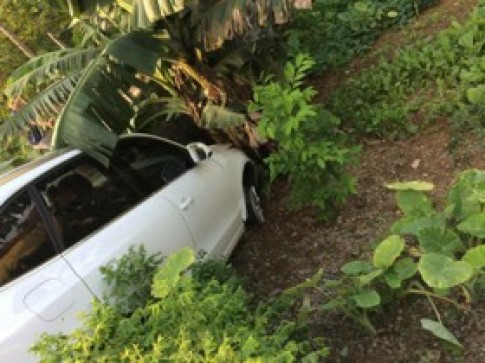 Audi Q5 nổ lốp đâm vào bụi chuối