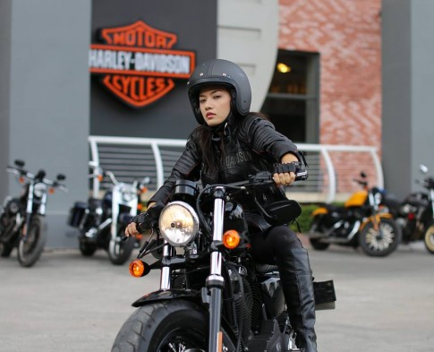 Ca sĩ Tina Tình chạy Harley-Davidson Sportster Forty-Eight