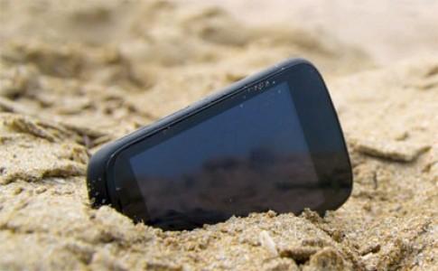 Cách bảo vệ smartphone an toàn khi đi biển
