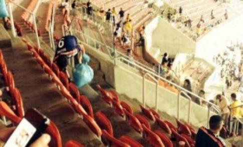 CĐV Nhật Bản dọn rác sau trận đấu ở World Cup