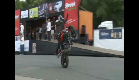 [Clip] Diễn xiếc cùng Ducati Monster 696