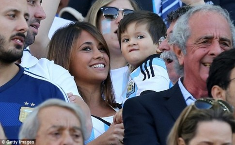 Con trai Messi ngơ ngác cổ vũ bố trên khán đài