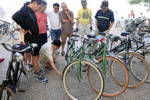 Dạo chợ xe đạp cổ bên Hồ Tây