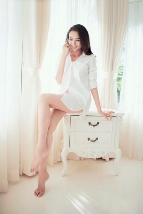 Diễm Hương gợi cảm với sơ mi trắng giấu quần