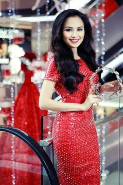 Diễm Hương mặc váy đính đầy đinh