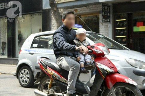 Đừng chủ quan khi chở trẻ bằng xe máy