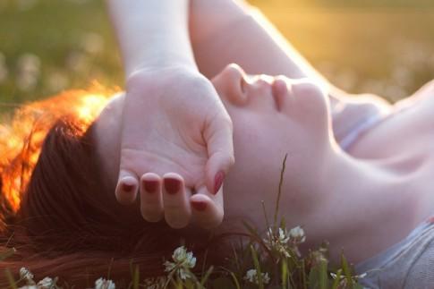 Đừng cố nhắm mắt, chỉ để níu giữ một giấc mơ...