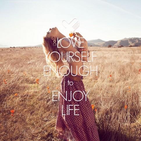 Hạnh phúc là khi em biết học cách yêu bản thân mình...