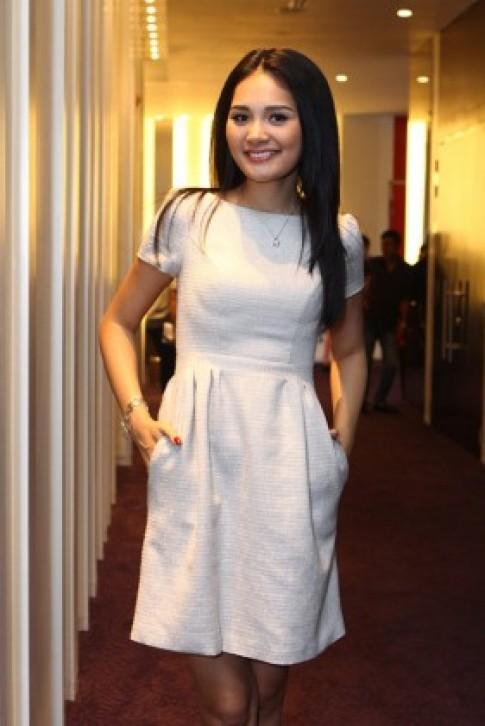 Hoa hậu Hương Giang trẻ trung cùng váy ngắn