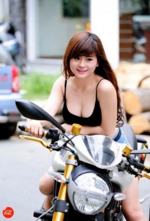 Hot girl Cao đẳng Bách Việt duyên dáng cùng 'quái thú' Ducati
