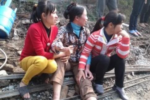 Mẹ ngồi khóc ngóng chờ con trong vụ cháy khu ổ chuột