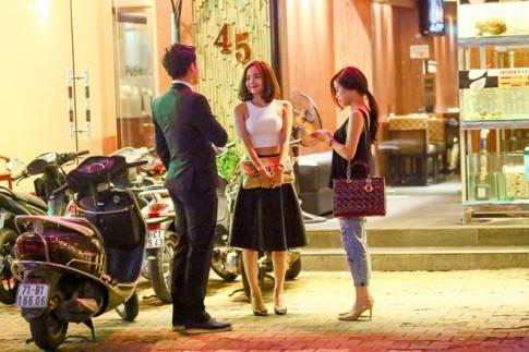 Minh Hằng - Hoàng Thùy Linh đi ăn đêm sau đám cưới Trà My