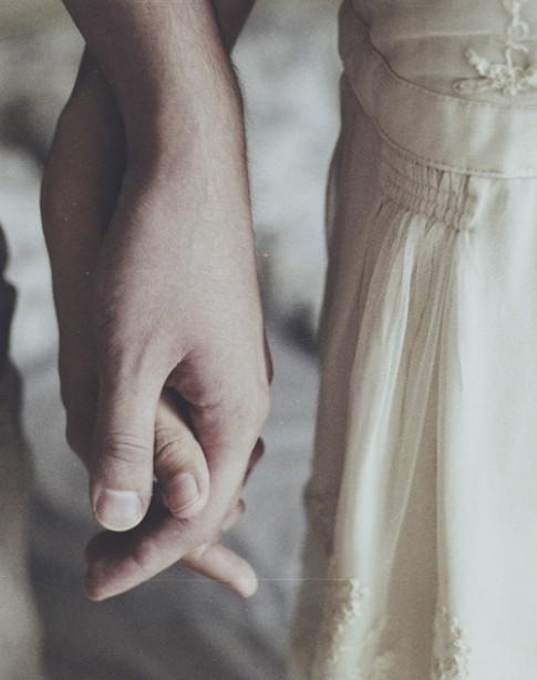 Nắm tay rồi mà vẫn thấy cô đơn