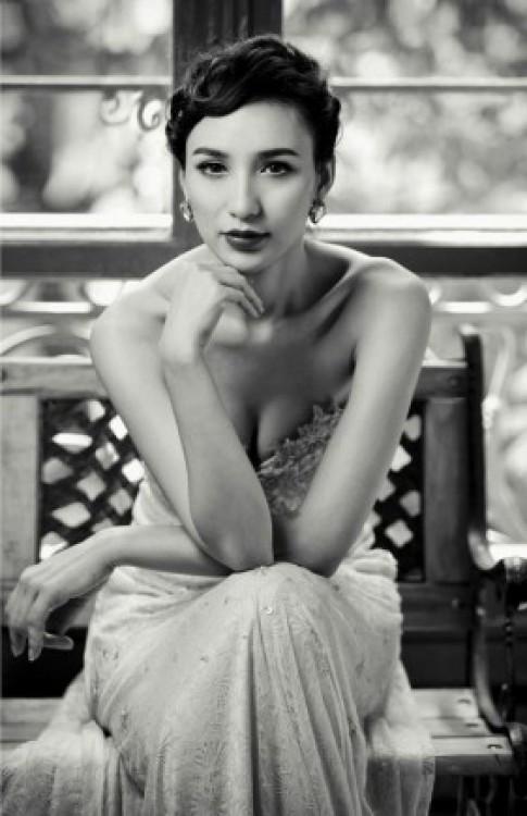 Ngọc Diễm diện đầm dạ hội khoe vai trần