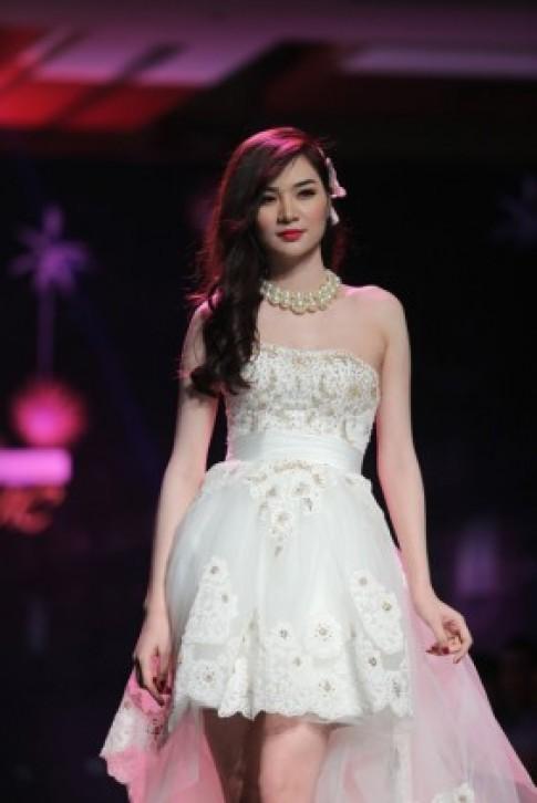 Ngọc Oanh gợi cảm với váy cưới mullet