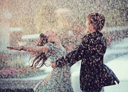 Người đưa ô và người đi cùng dưới mưa