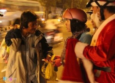 Người vô gia cư Sài Gòn bất ngờ nhận quà từ ông già Noel